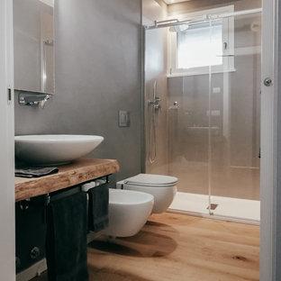 Esempio di un bagno di servizio design di medie dimensioni con pareti grigie e parquet chiaro