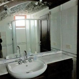 Идея дизайна: маленький туалет в стиле кантри с фасадами с выступающей филенкой, темными деревянными фасадами, раздельным унитазом, белой плиткой, керамической плиткой, полом из керамической плитки, накладной раковиной, мраморной столешницей, бирюзовым полом и белой столешницей
