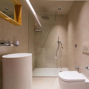他の地域の中くらいのモダンスタイルのおしゃれなトイレ・洗面所 (白いキャビネット、壁掛け式トイレ、ベージュのタイル、磁器タイル、人工大理石カウンター、白い洗面カウンター、独立型洗面台、折り上げ天井、ベージュの壁、磁器タイルの床、白い床) の写真