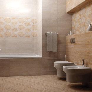 Réalisation d'un WC et toilettes tradition avec du carrelage en travertin, un sol en travertin et un plan de toilette en travertin.