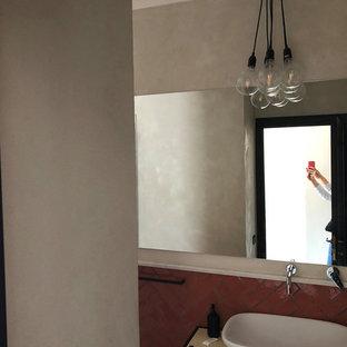 Пример оригинального дизайна: туалет среднего размера в средиземноморском стиле с открытыми фасадами, черными фасадами, раздельным унитазом, оранжевой плиткой, керамической плиткой, серыми стенами, полом из керамогранита, настольной раковиной, столешницей из дерева, бежевым полом и бежевой столешницей