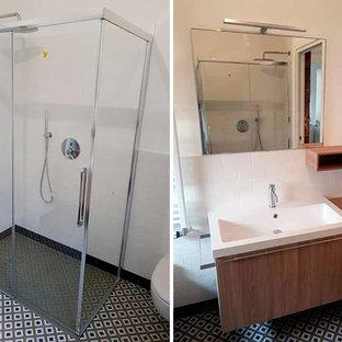 На фото: туалет среднего размера в стиле модернизм с плоскими фасадами, светлыми деревянными фасадами, инсталляцией, белой плиткой, керамогранитной плиткой, белыми стенами, полом из керамогранита, раковиной с несколькими смесителями, столешницей из ламината, зеленым полом и коричневой столешницей с