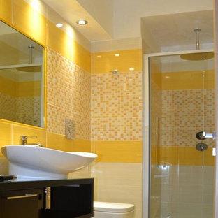 Идея дизайна: маленький туалет в стиле модернизм с открытыми фасадами, темными деревянными фасадами, унитазом-моноблоком, желтой плиткой, плиткой мозаикой, бежевыми стенами, полом из керамогранита, настольной раковиной и столешницей из дерева