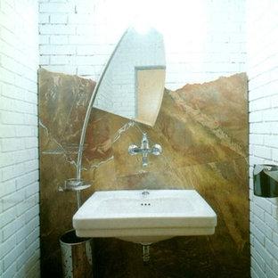 Imagen de aseo bohemio, pequeño, con armarios abiertos, puertas de armario de madera oscura, sanitario de pared, baldosas y/o azulejos de mármol, suelo de mármol y lavabo suspendido