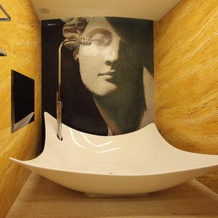 Свежая идея для дизайна: туалет в средиземноморском стиле с желтой плиткой, плиткой из травертина, полом из травертина и белым полом - отличное фото интерьера