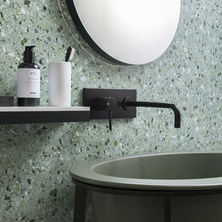 Пример оригинального дизайна: маленький туалет в стиле модернизм с зелеными фасадами, зеленой плиткой, керамогранитной плиткой, полом из керамогранита и раковиной с пьедесталом