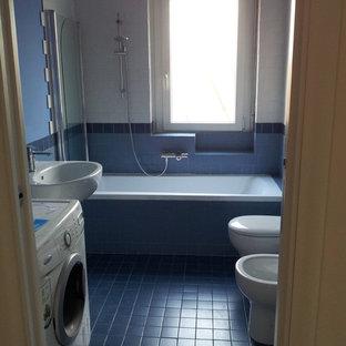 Стильный дизайн: туалет среднего размера в стиле ретро с керамической плиткой, синими стенами, полом из керамической плитки, раковиной с пьедесталом, бирюзовым полом и синей плиткой - последний тренд