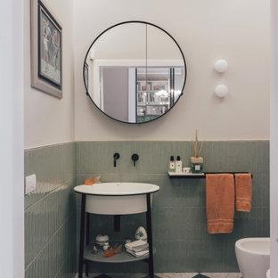Immagine di un bagno di servizio design con piastrelle verdi, pareti bianche, lavabo a consolle e pavimento multicolore