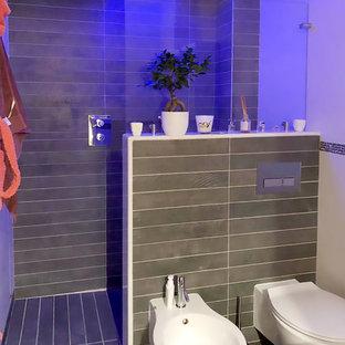 На фото: со средним бюджетом маленькие туалеты в современном стиле с плоскими фасадами, белыми фасадами, раздельным унитазом, бежевой плиткой, керамогранитной плиткой, белыми стенами, полом из керамогранита, монолитной раковиной, столешницей из искусственного камня, коричневым полом и белой столешницей