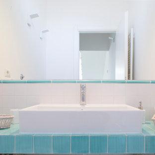Идея дизайна: маленький туалет в морском стиле с открытыми фасадами, раздельным унитазом, белой плиткой, керамической плиткой, белыми стенами, полом из керамической плитки, раковиной с несколькими смесителями, столешницей из плитки и зеленым полом