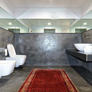 Неиссякаемый источник вдохновения для домашнего уюта: туалет среднего размера в современном стиле с инсталляцией, настольной раковиной, столешницей из нержавеющей стали и серой плиткой