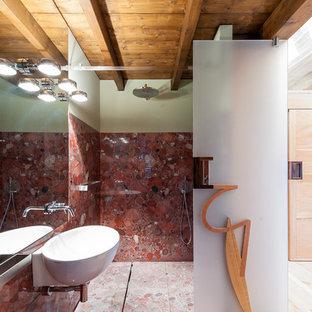 Идея дизайна: туалет среднего размера в современном стиле с инсталляцией, разноцветными стенами, мраморным полом, подвесной раковиной, красной плиткой, мраморной плиткой и красным полом