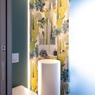 Ispirazione per un bagno di servizio minimal con pareti multicolore, parquet scuro, lavabo a colonna, pavimento marrone e carta da parati