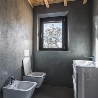 Foto di un bagno di servizio country con ante lisce, ante bianche, WC sospeso, pareti grigie, pavimento grigio e pavimento in cemento