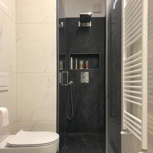Свежая идея для дизайна: большой туалет в стиле модернизм с плоскими фасадами, белыми фасадами, раздельным унитазом, черно-белой плиткой, керамогранитной плиткой, серыми стенами, полом из керамогранита, монолитной раковиной, столешницей из искусственного камня, белым полом и белой столешницей - отличное фото интерьера
