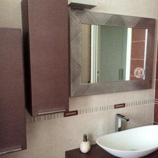 Неиссякаемый источник вдохновения для домашнего уюта: туалет в стиле модернизм с фиолетовыми фасадами и столешницей из дерева