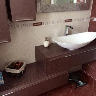 На фото: туалет в стиле модернизм с фиолетовыми фасадами и столешницей из дерева с