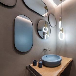 Ispirazione per un bagno di servizio contemporaneo di medie dimensioni con ante in legno chiaro, WC a due pezzi, pareti multicolore, top in legno, pavimento multicolore e mobile bagno freestanding
