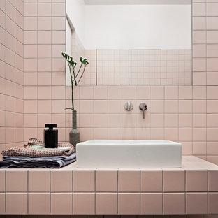 Свежая идея для дизайна: маленький туалет в стиле модернизм с плоскими фасадами, розовой плиткой, керамогранитной плиткой, розовыми стенами и столешницей из плитки - отличное фото интерьера