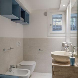 Пример оригинального дизайна: маленький туалет в стиле фьюжн с плоскими фасадами, красными фасадами, инсталляцией, бежевой плиткой, керамогранитной плиткой, белыми стенами, полом из керамогранита, настольной раковиной, столешницей из ламината и серым полом