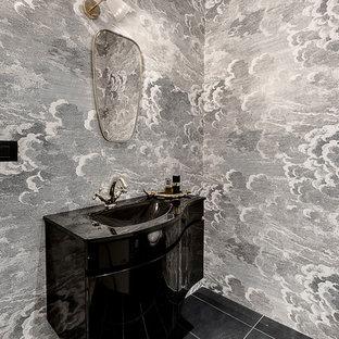 Idee per un bagno di servizio minimal con ante nere, pavimento nero, top nero e lavabo integrato