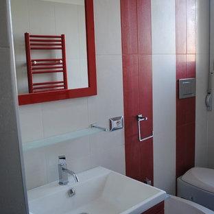 Источник вдохновения для домашнего уюта: туалет среднего размера в современном стиле с плоскими фасадами, красными фасадами, инсталляцией, красной плиткой, белой плиткой, керамогранитной плиткой, белыми стенами, полом из керамогранита, монолитной раковиной и серым полом