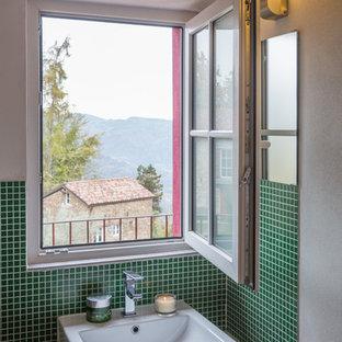 Foto de aseo actual, pequeño, con baldosas y/o azulejos verdes, baldosas y/o azulejos en mosaico, paredes blancas y lavabo de seno grande