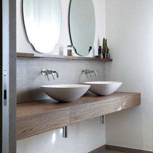 Immagine di un bagno di servizio contemporaneo con nessun'anta, ante in legno bruno, pareti bianche e top in legno