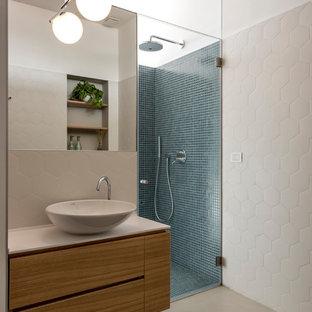 Идея дизайна: маленький туалет в стиле модернизм с плоскими фасадами, коричневыми фасадами, разноцветной плиткой, разноцветными стенами, настольной раковиной, столешницей из искусственного камня и серым полом