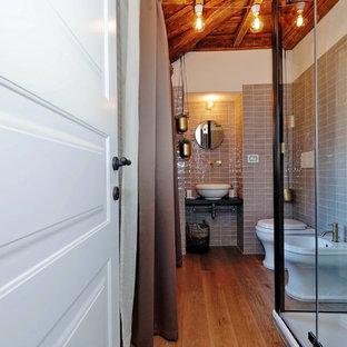 Неиссякаемый источник вдохновения для домашнего уюта: туалет среднего размера в стиле ретро с плоскими фасадами, черными фасадами, раздельным унитазом, серой плиткой, керамической плиткой, серыми стенами, светлым паркетным полом, настольной раковиной и черной столешницей