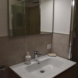 Идея дизайна: туалет среднего размера в стиле модернизм с фасадами островного типа, фасадами цвета дерева среднего тона, раздельным унитазом, керамогранитной плиткой, белыми стенами, полом из ламината, монолитной раковиной и коричневым полом