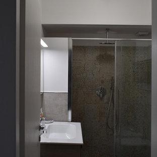 На фото: туалет среднего размера в стиле модернизм с фасадами островного типа, фасадами цвета дерева среднего тона, раздельным унитазом, керамогранитной плиткой, белыми стенами, полом из ламината, монолитной раковиной и коричневым полом с
