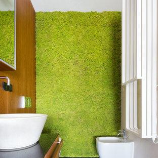 Esempio di un bagno di servizio design di medie dimensioni con bidè, pareti multicolore, lavabo a bacinella e pavimento nero