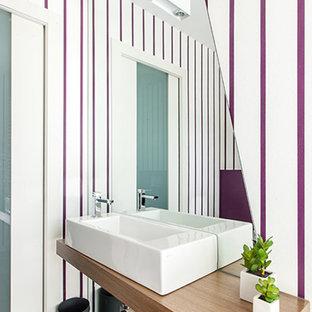 Foto di un bagno di servizio design con ante in legno scuro, pareti multicolore, pavimento in legno massello medio, lavabo sospeso, top in legno, pavimento marrone e top marrone