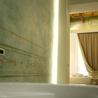 Свежая идея для дизайна: большой туалет в классическом стиле с раздельным унитазом, синей плиткой, плиткой мозаикой, белыми стенами, светлым паркетным полом и бежевым полом - отличное фото интерьера
