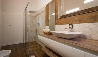 Doccia nel bagno di legno