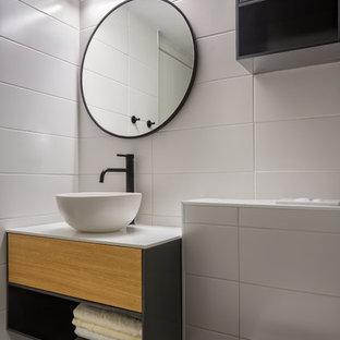 Idee per un piccolo bagno di servizio moderno con ante grigie, WC sospeso, piastrelle bianche, pareti bianche, pavimento grigio, top bianco, ante lisce e lavabo a bacinella