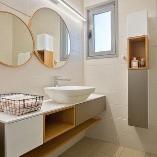 Esempio di un bagno di servizio contemporaneo con top bianco, ante lisce, ante grigie, piastrelle beige, lavabo a bacinella e pavimento beige