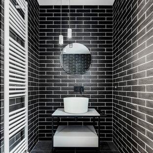 Идея дизайна: туалет в стиле лофт с светлыми деревянными фасадами, черной плиткой, керамической плиткой, полом из керамогранита и черным полом