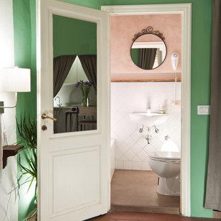 Idées déco pour un petit WC et toilettes contemporain avec un WC suspendu, un carrelage blanc, des carreaux de céramique, un mur rose, béton au sol, un lavabo suspendu et un sol rose.