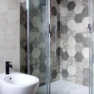 Новые идеи обустройства дома: маленький туалет в современном стиле с плоскими фасадами, темными деревянными фасадами, раздельным унитазом, разноцветной плиткой, цементной плиткой, синими стенами, бетонным полом, монолитной раковиной, столешницей из искусственного камня и серым полом