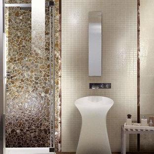 Cette photo montre un WC et toilettes tendance de taille moyenne avec des portes de placard blanches, un carrelage marron, des plaques de verre, un mur beige, un sol en carrelage de porcelaine, un lavabo de ferme, un plan de toilette en bois, un sol marron et un placard sans porte.
