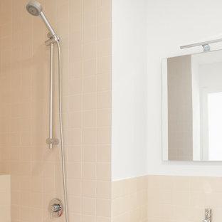 ミラノの中くらいのおしゃれなトイレ・洗面所 (ピンクのタイル、セラミックタイル、セラミックタイルの床、ピンクの床) の写真