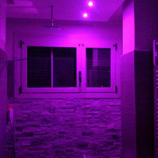 Пример оригинального дизайна: туалет в современном стиле с раздельным унитазом, серой плиткой, керамогранитной плиткой, серыми стенами, полом из керамогранита и серым полом