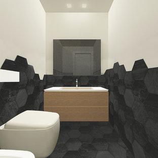 Стильный дизайн: маленький туалет в современном стиле с плоскими фасадами, светлыми деревянными фасадами, инсталляцией, черной плиткой, керамогранитной плиткой, белыми стенами, полом из керамогранита, врезной раковиной, стеклянной столешницей и черным полом - последний тренд