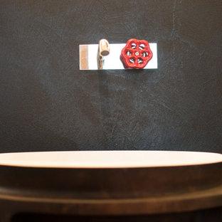 Свежая идея для дизайна: маленький туалет в стиле лофт с фасадами с утопленной филенкой, черными фасадами, раздельным унитазом, черной плиткой, черными стенами, бетонным полом и раковиной с пьедесталом - отличное фото интерьера