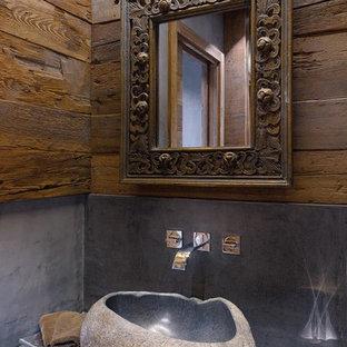 Idee per un piccolo bagno di servizio stile rurale con pareti marroni, lavabo a bacinella e top in cemento