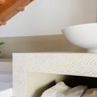 Exemple d'un petit WC et toilettes tendance avec un WC séparé, un carrelage beige, des carreaux de porcelaine, un mur blanc, un sol en carrelage imitation parquet, une vasque, un plan de toilette en carrelage, un sol beige, un plan de toilette beige et un plafond en poutres apparentes.