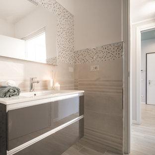 Идея дизайна: маленький туалет в скандинавском стиле с плоскими фасадами, коричневыми фасадами, инсталляцией, бежевой плиткой, керамогранитной плиткой, белыми стенами, полом из керамогранита, накладной раковиной, мраморной столешницей, бежевым полом и белой столешницей