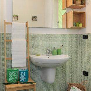 Immagine di un bagno di servizio bohémian con piastrelle verdi, piastrelle a mosaico, pareti bianche, lavabo sospeso e pavimento verde